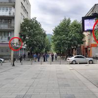 Polomljene zastave na Trgu slobode u Bijelom Polju
