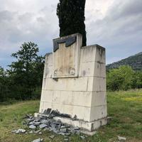 Oskrnavljeni spomenik na Ravnom lazu