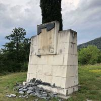Polomljena ploča na spomeniku