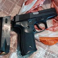 Jedan od oduzetih pištolja i municija